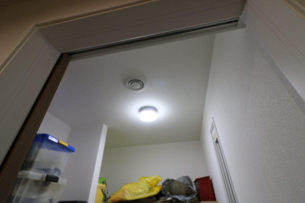 シューズクローク天井に付けられた照明