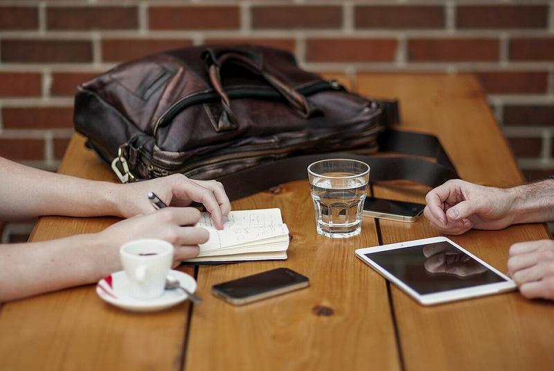 テーブルでコーヒーを飲みながら会話