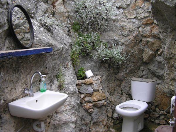 医師の部屋に設置されたトイレ便器と手洗い