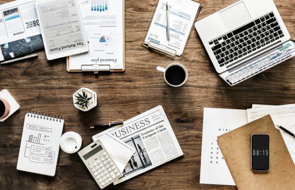 机の上のノートパソコン 書類 コーヒー