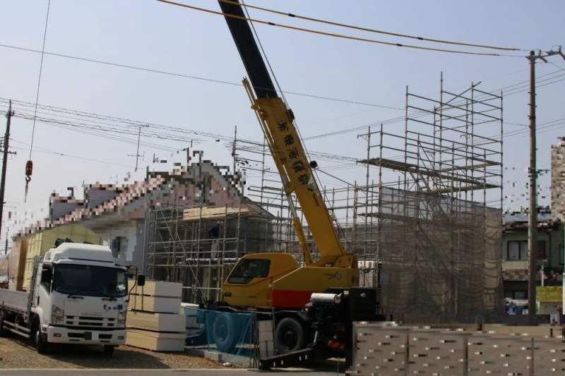建築中の家 クレーンで組み立て