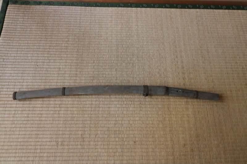 畳の上に置かれた古くて長い刀