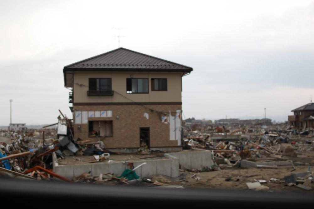 自信の津波で流された町の中に残った家
