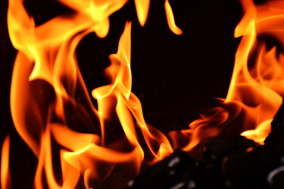 赤く燃える炎