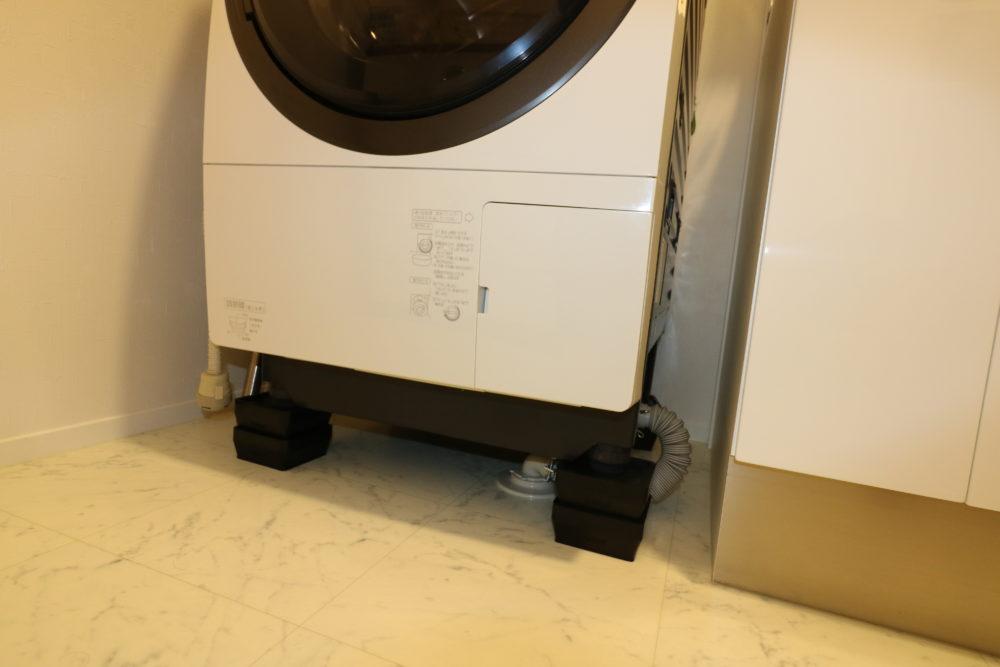 防振ゴムの上に置かれた洗濯機