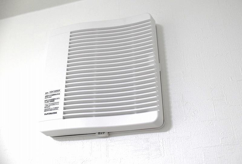 室内の壁に付けられた差圧感応式給気口
