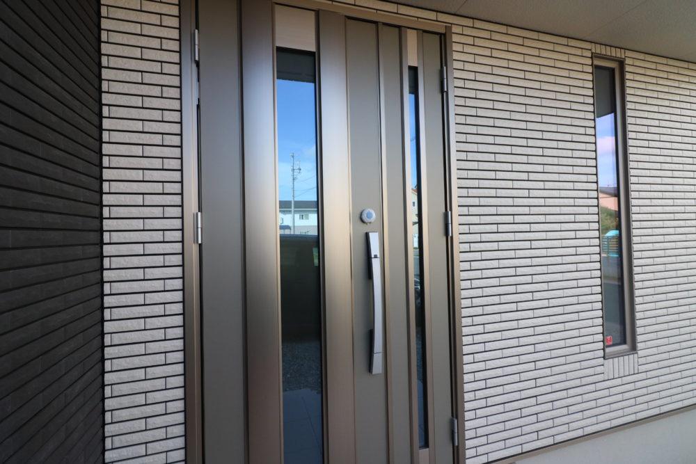 シャンパングレイのファノーバ玄関ドア