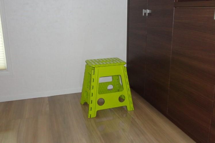 床に置かれた折り畳み踏み台