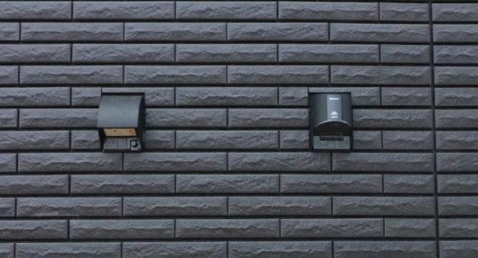 家の外壁に付けられた屋外コンセントが2つ並んでいる