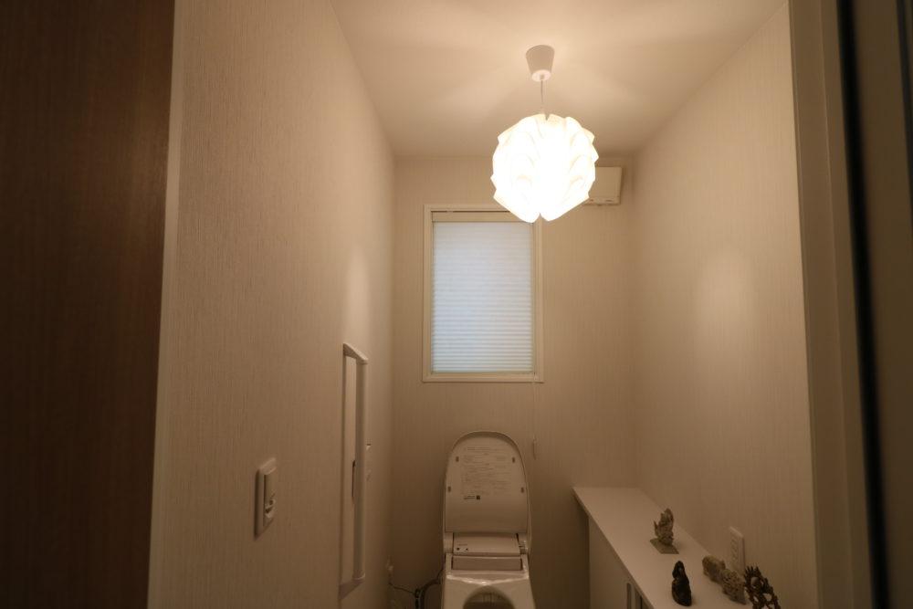 トイレに取り付けたボール型の照明