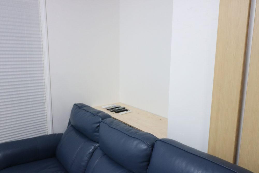 リビングの棚の上に置かれたリモコン
