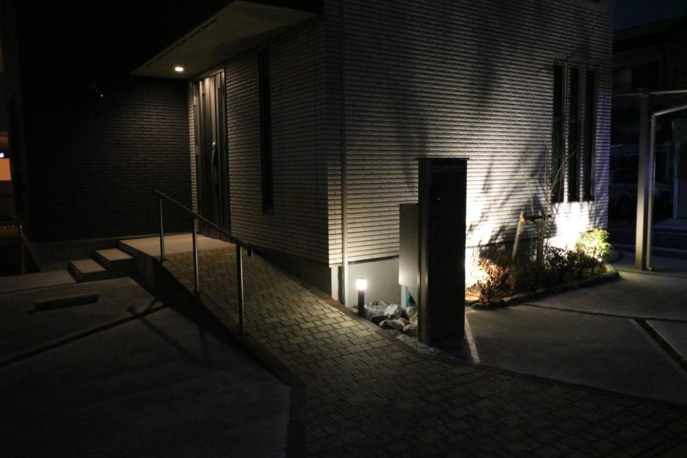夜間にガーデンライトが点灯している