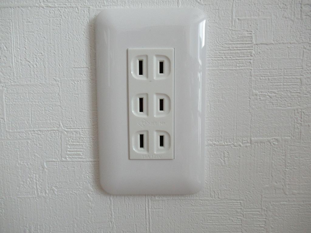 白い壁に付けられた白いコンセント