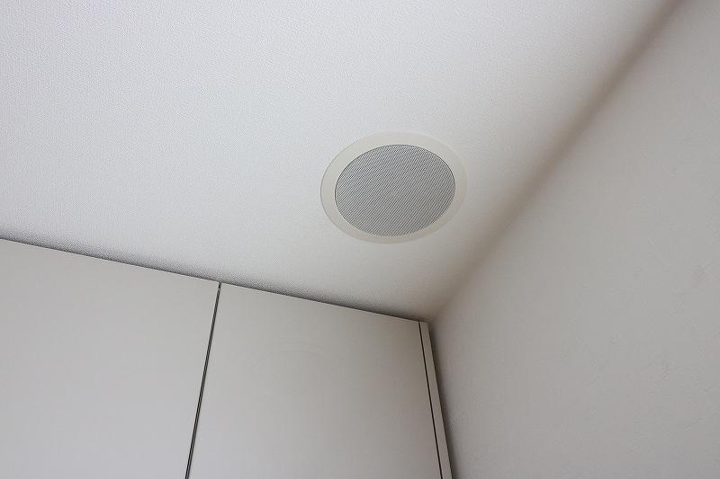 白い天井にはめ込まれた天井スピーカー