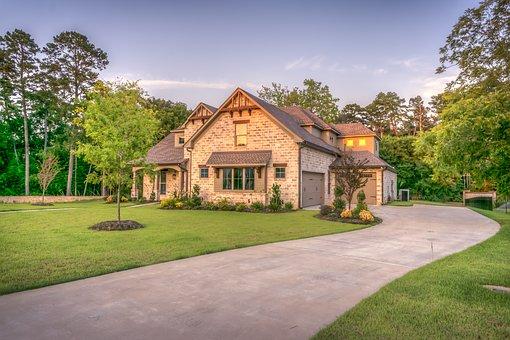緑に囲まれた感じのいい家