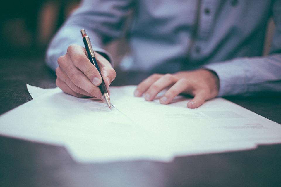 書類を書く人の手元