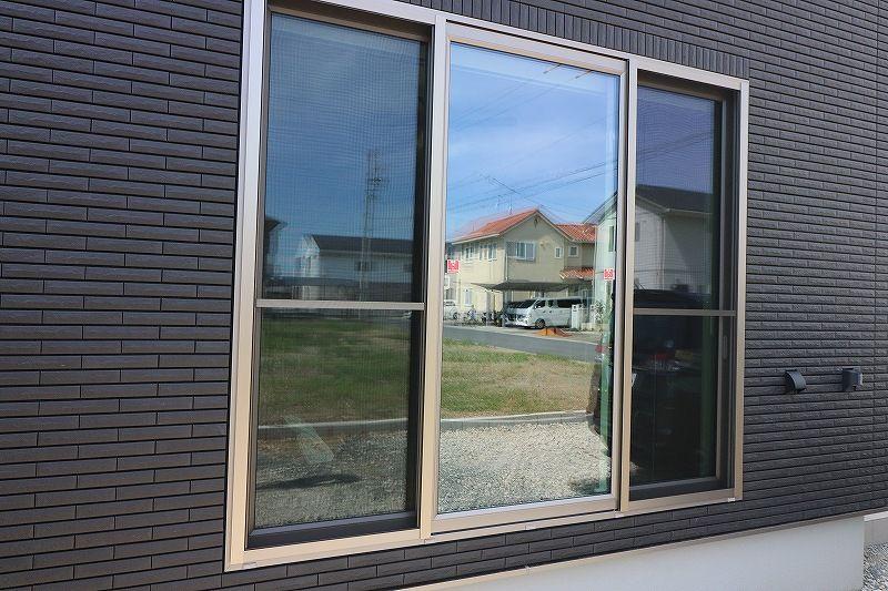 一条工務店4マスパノラマウィンドウを家の外から見た画像