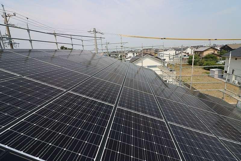 屋根に乗せられた太陽光発電パネル