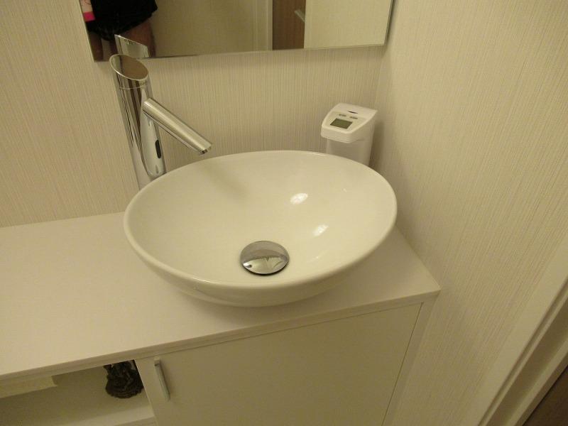 手洗いカウンターにオートディスペンサーを置く