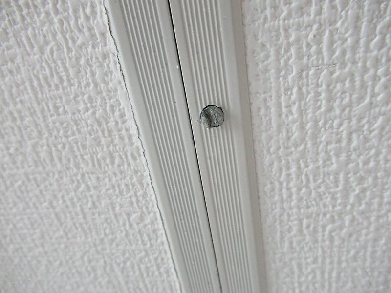 天井裏への扉のロックネジ