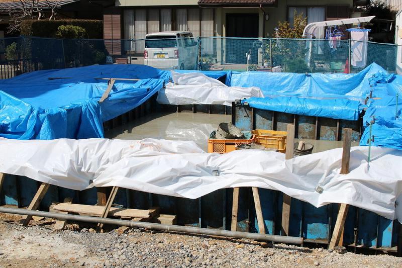 基礎工事で乾いていない基礎の中に雨水がたまっている