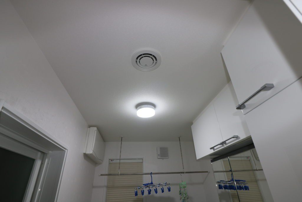 天井に付けられた小型シーリングライト