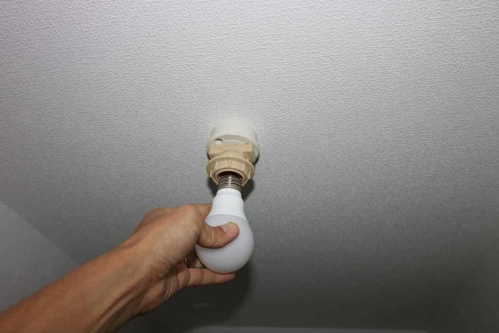 シーリングローゼットに電球を付けるところ