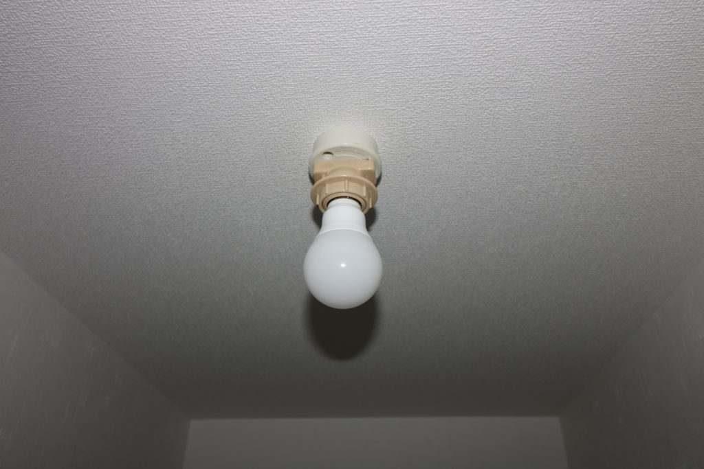 シーリングローゼットに付いた電球