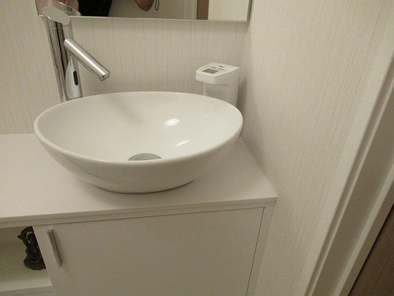 トイレ手洗いカウンターに置かれたオートディスペンサー