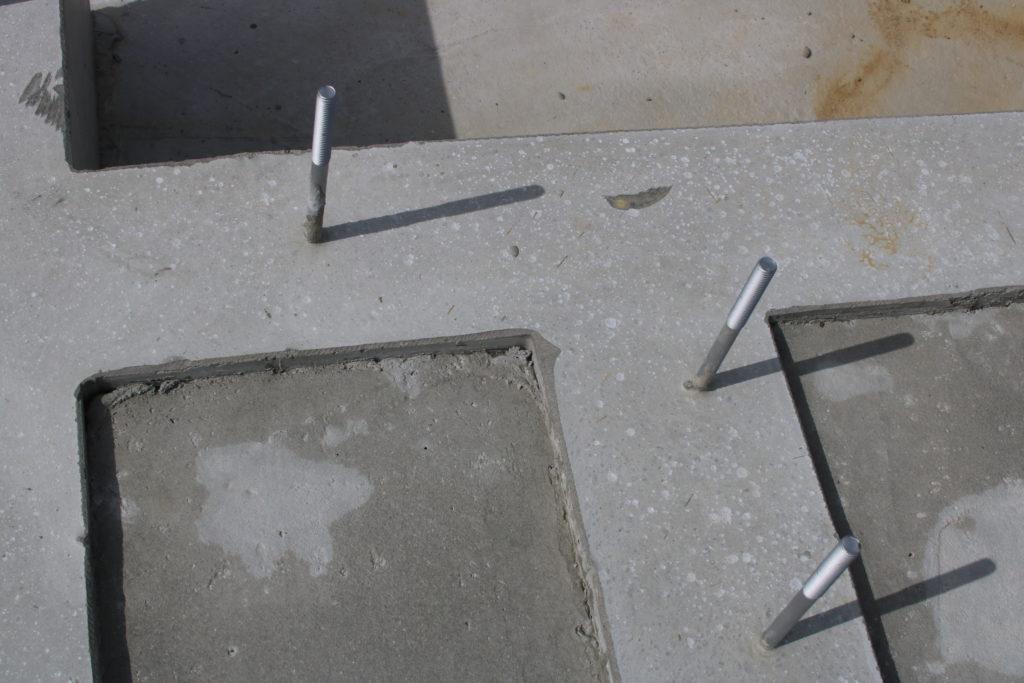 住宅基礎のコンクリートから突き出したアンカーボルト
