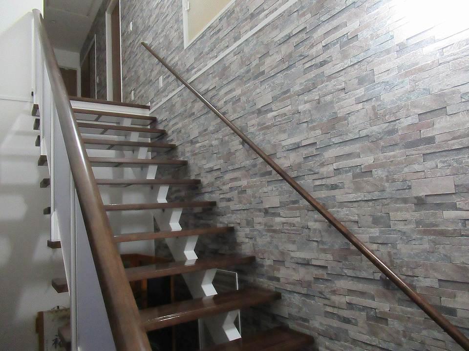 階段の両側に手すりが付けられている