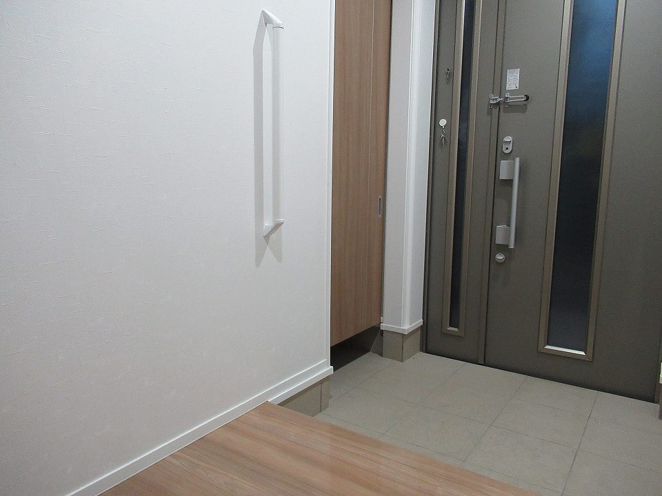 玄関の壁に付けられた手すり